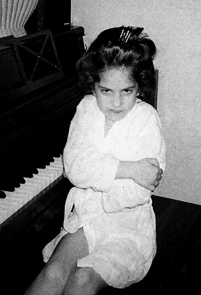 იხილეთ ლედი გაგას ბავშვობის ფოტო, მის სახეზე აუცილებლად ამოიცნობთ სიგიჟეების მომწყობ უნიჭიერეს დივას..