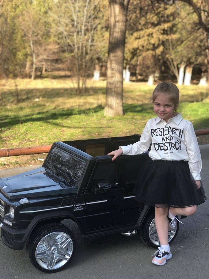 იუთუბის ულამაზეს ვარსკვლავს, პატარა ანის მერსედის ფირმის მანქანები განსაკუთრებით მოსწონს..ფოტოალბომი