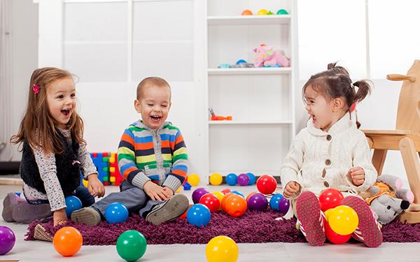 ექსპერიმენტი - ცოტა თუ ბევრი სათამაშო? როდის იყენებს ბავშვი უკეთ შემოქმედებით ინსტიქტებს?